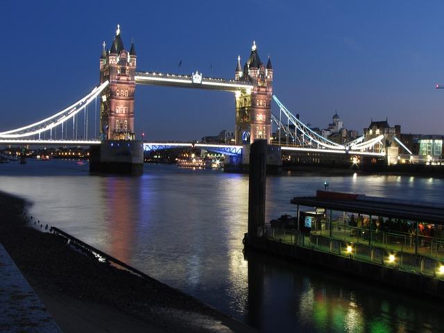 tower-bridge-111506_640
